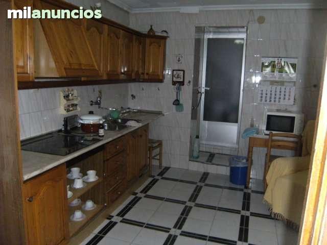 CASA EN LA ZONA FUENTE DE LOS LEONES - foto 3