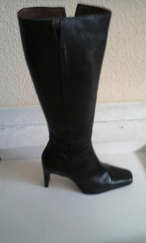Botas de mujer Adolfo Dominguez de tacón y caña alta con posterior elástico