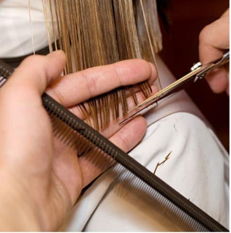 Skraćivanje krajeva plave kose