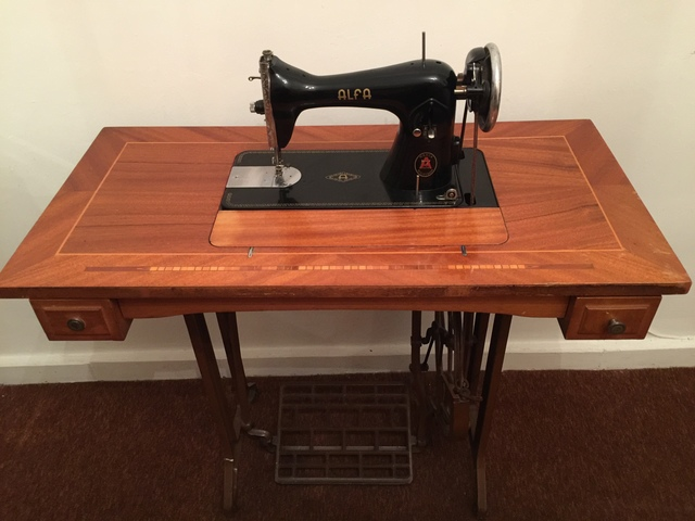 MIL ANUNCIOS.COM - Maquina de coser ALFA antigua con mueble