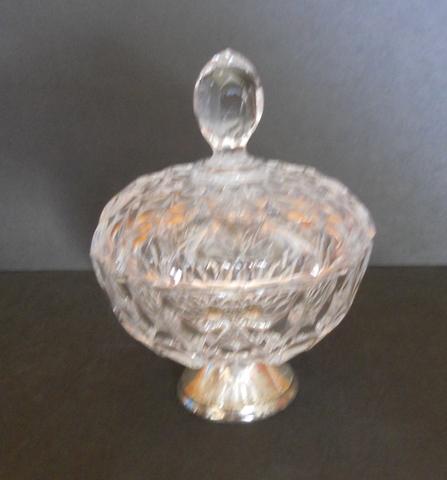 Antigua bombonera de cristal de bohemia tallado con tapa y