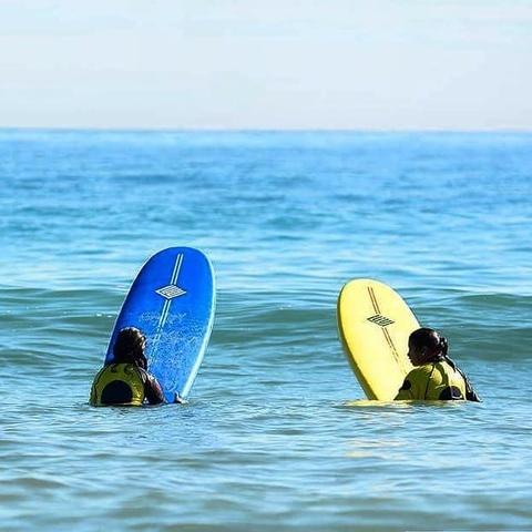 INICIACIÓN AL SURF PARA DESPEDIDAS - foto 1
