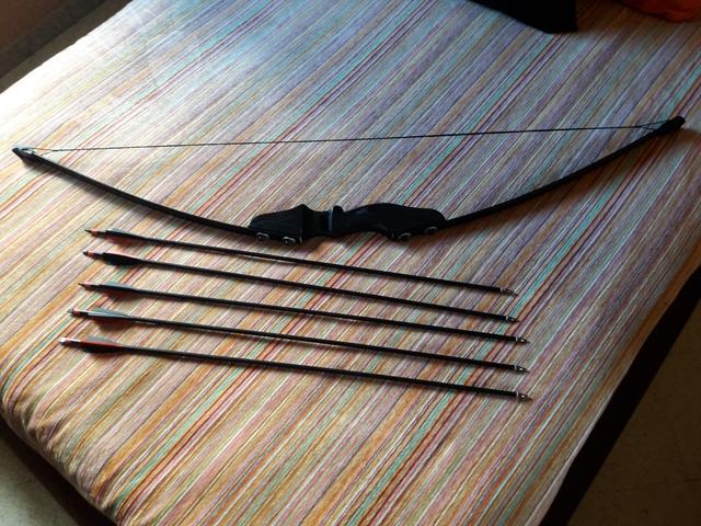 ARCO NEGRO 5 FLECHAS PUNTA ENROSCABLE - foto 1