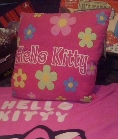 HELLO KITTY COJÍN+MANTA+REGALOS - foto 1