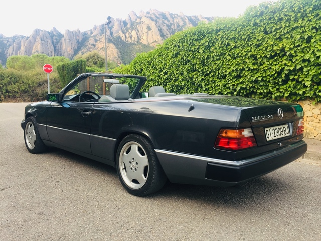Mercedes Benz W 124-e 300 CE 24 V cabriolet 1992 azul negro 1:18 nuevo embalaje original