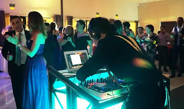 DJ CON EQUIPO - foto 1