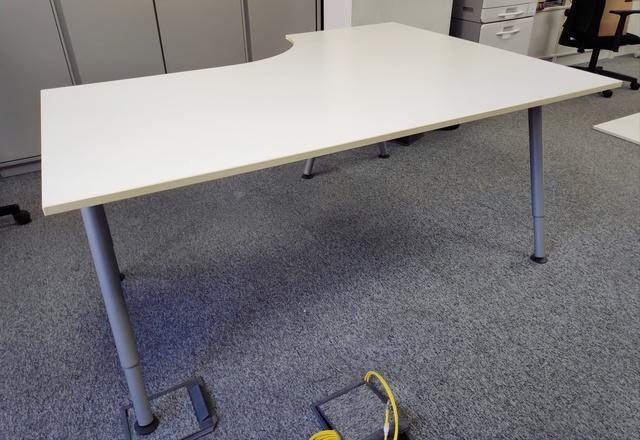 TABLÓN DE ANUNCIOS Mesa patas telescópicas y ruedas Ikea
