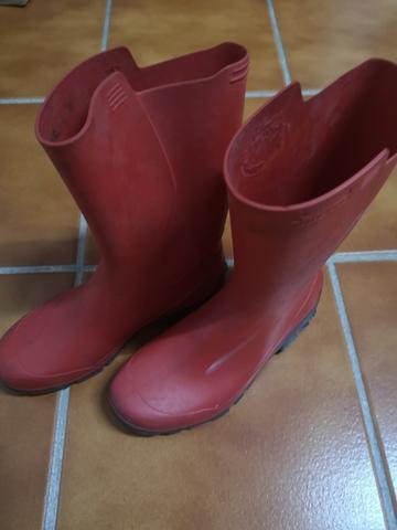 Botas de agua rojas de segunda mano en la provincia de