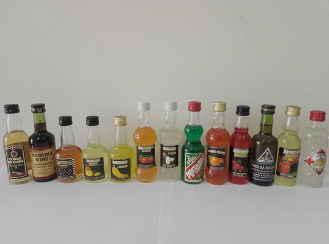 13 Mini Botellas De Licor.