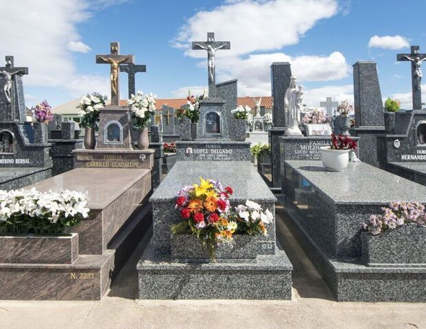 GRABADO DE LÁPIDAS,  TUMBAS Y PANTEONES - foto 2
