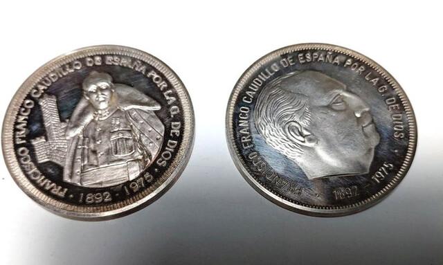 Lote 2 Medallas/Monedas Plata. Franco