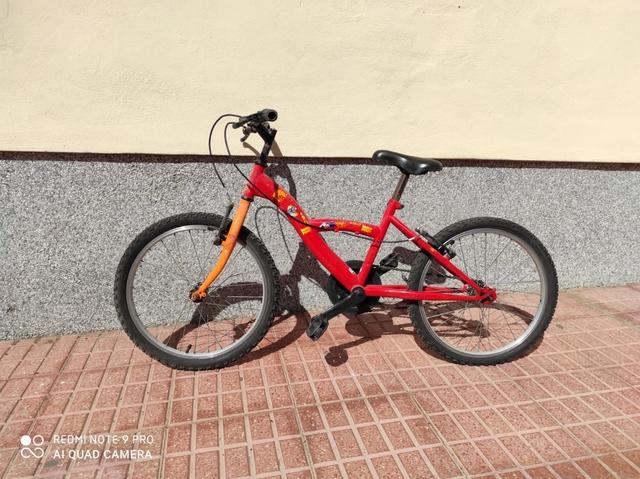 Dos Bicicletas De Niño En Bue Estado