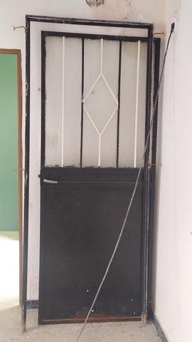 Dos Puertas De Hierro Y Cristal