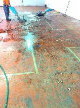 Limpieza de naves y locales. - foto