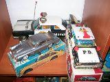 Coche antiguo de juguete plastico y lata - foto
