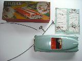 Coche muy antiguo en su caja, accesorios - foto