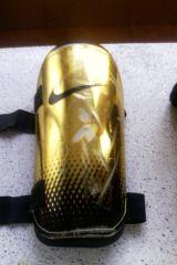 canilleras adidas doradas