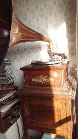 gramola con colección de discos - foto