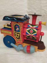 Tren de juguete de lata muy antiguo - foto