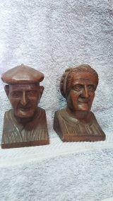 pareja de ancianos de talla de madera - foto