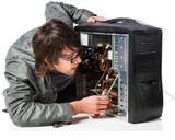 Informatico monta ordenadores - foto