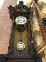 Reloj antiguo de pared. - foto