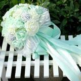Ramo de flores blancas y verdes - foto