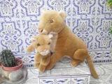 leona con su cria - foto