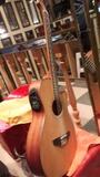 guitarra electroacústica y amplificador - foto