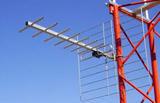 Antenista repara antenas de television - foto