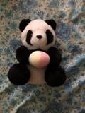 Oso panda de peluche negro y blanco - foto