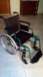 Chico recoge sillas de ruedas - foto