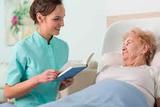 CUIDO A PERSONAS  ENFERMA EN HOSPITAL - foto
