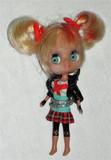 Muñeca Mini Blythe pelo a mechas rojas - foto