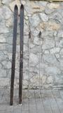 Esquis de madera con bastones - foto