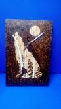 Reloj hecho a mano en madera quemada - foto