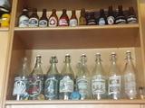 Botellas antiguas gaseosa y cervezas - foto