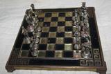 ajedrez con figuras de bronce - foto