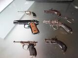 Pistolas antiguas de pertardos pequeñas - foto