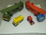 Coche y camiones de juguete antiguos - foto