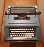 Maquina de escribir olivetti y mesa. - foto