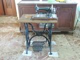 Antigua máquina de coser - foto