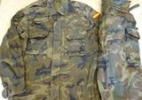 Uniformes militares boscosos - foto