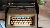 Máquina de escribir con estuche - foto