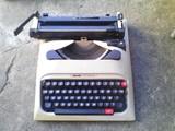 Maquina de escribir antigua olivetti - foto