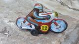 motocicleta antigua de hojalata - foto
