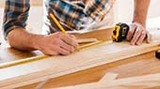 Carpintero montador de parquet. - foto