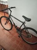 Se vende bicicleta. - foto