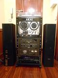 Equipo de audio akai en rack vintage. - foto