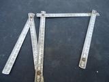 metro de metal antiguo mide un metro, - foto